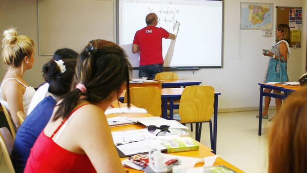 Un docente enseña español