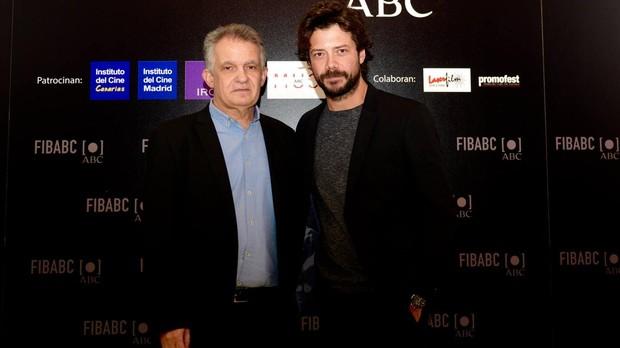 El escritor y director de FIBABC Pedro Touceda junto al actor Álvaro Morte, protagonista de «La casa de papel»