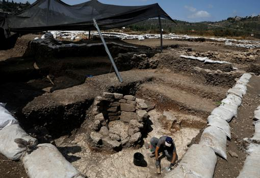 Un arqueólogo trabaja en el yacimiento