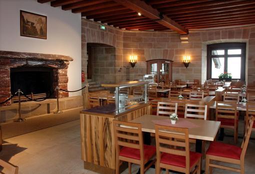 En el interior del restaurante se puede apreciar todavía la rica chimenea de mármol que Benito Mussolini regaló a Adolf Hitler