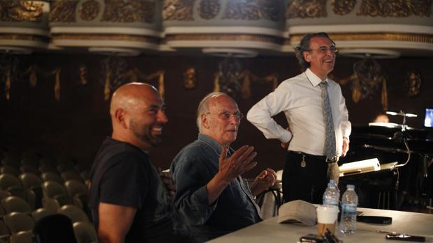 Carlos Saura (en el centro) durante los ensayos de «Don Giovanni» en el Teatro Colón de La Coruña. Lo acompañan el director de orquesta Miguel Ángel Gómez Martínez (de pie) y César Wonenburger, director artístico de Amigos de la Ópera de La Coruña