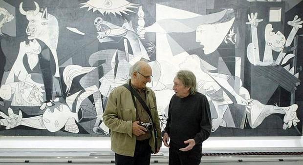 Carlos Saura, a la derecha, delante del «Guernica» con Querejeta