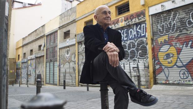 José Sanchis Sinisterra, en el barrio de Lavapiés de Madrid, en las puertas de La Corsetería