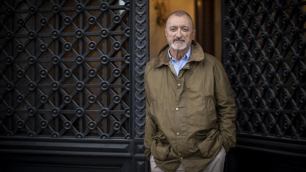 El escritor Arturo Pérez-Reverte, fotografiado en la entrada de la RAE