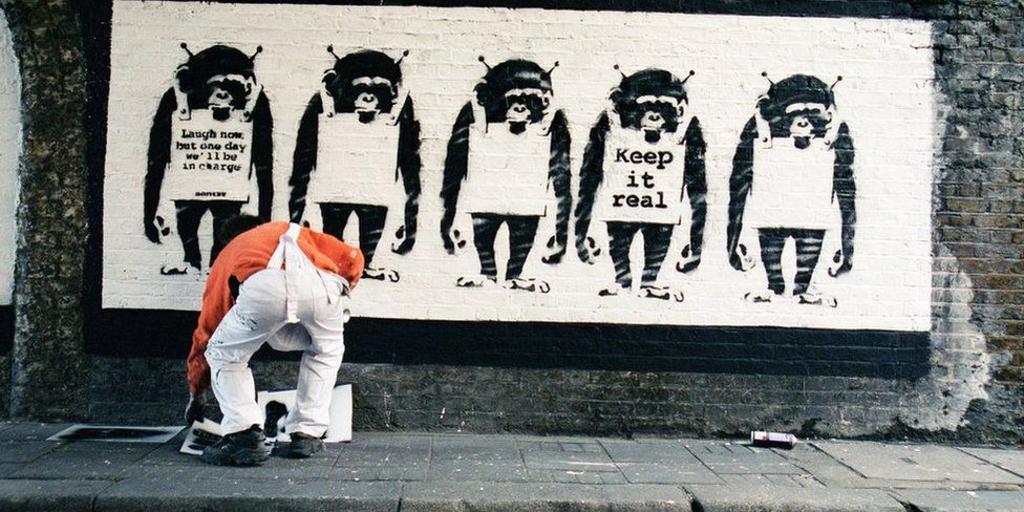 Ven la luz las primeras fotos de Banksy, pero no se ve su rostro