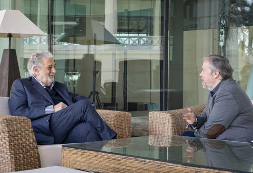 Plácido Domingo conversa con el periodista de ABC Julio Bravo