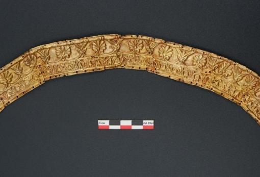 El tocado ceremonial que llevaba la mujer de más edad