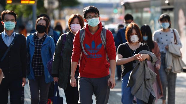Viandantes con máscaras en Taipei, Taiwán