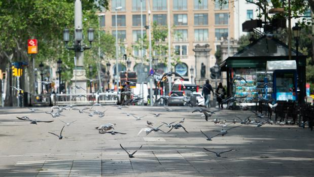 Inusitada imagen de la Rambla de Barcelona vacía el pasado 23 de abril, día de Sant Jordi