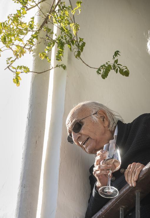Francisco Brines miró a los medios desde el balcón de su casa