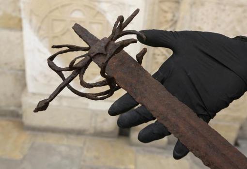 La arqueóloga Elena Stylianou muestra una espada de la época de los cruzados