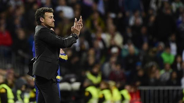 Luis Enrique aplaude a los suyos durante el partido