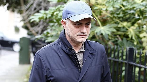 Mourinho camina por Londres tras dejar el Chelsea