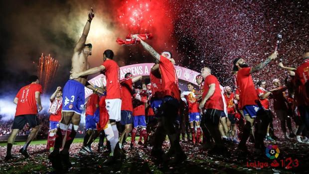 Los jugadores del Girona celebran el ascenso a Primera