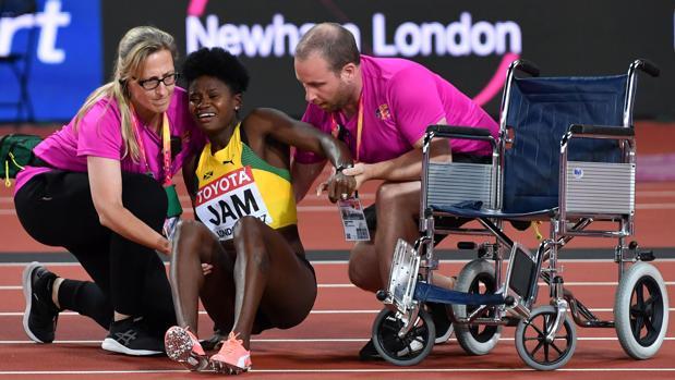 Ashley Mclaughlin-Whilby es asistida tras caer lesionada en el 4x400