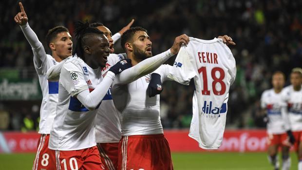 Fekir enseña su camiseta tras marcarle al Saint-Etienne
