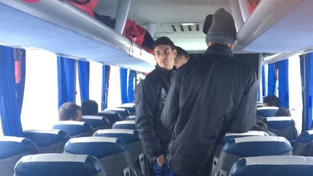 Los jugadores del Cerceda, en el interior del autobús