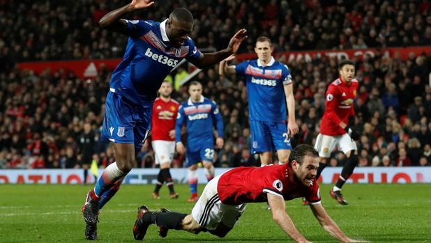 Juan Mata cae al suelo durante una acción en el encuentro contra el Stoke City