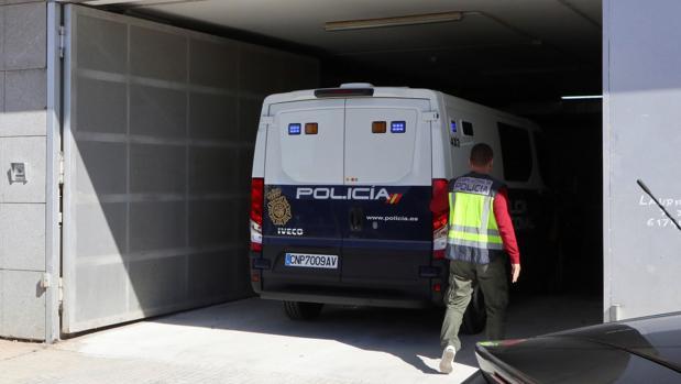 Llegada de un furgón policial al Juzgado de Zafra que investiga los amaños en el fútbol