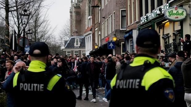 Hinchas ingleses enl as calles de Ámsterdam