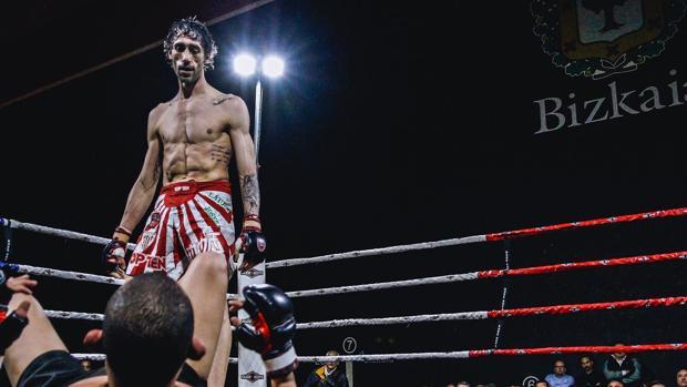 Aratz Garmendia mira fijamente a su rival durante un combate de MMA