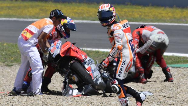 Pedrosa intentar salir de la zona de grava tras el accidente