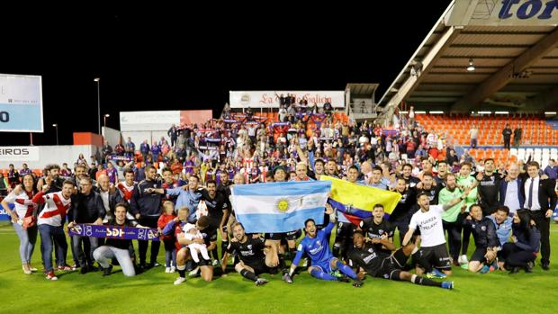 Los jugadores del Huesca celebran el ascenso