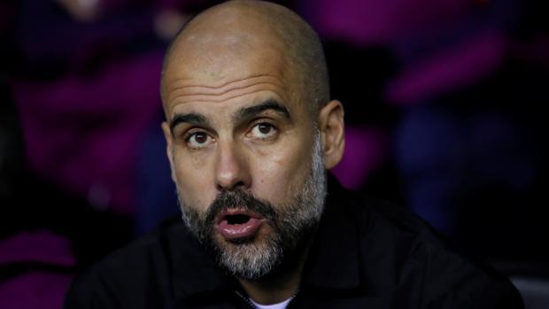 Pep Guardiola en el banquillo del Manchester City