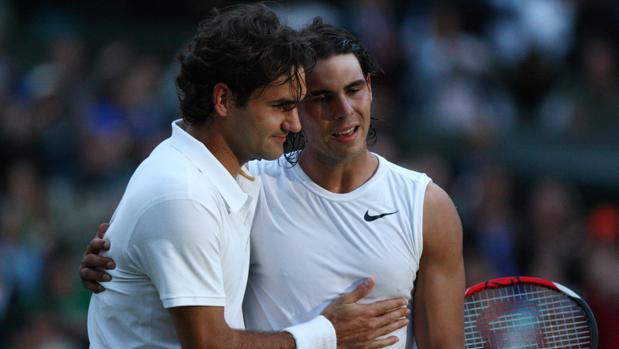 Federer felicita a Nadal tras la final de Wimbledon 2008