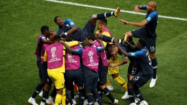 Los jugadores franceses celebran el cuarto gol en la final del Mundial ante Croacia
