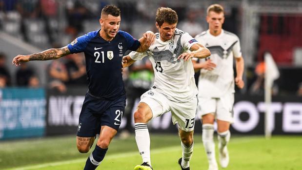 Thomas Müller pelea un balón con Lucas Hernández