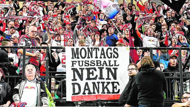 Pancarta en el campo del Leipzig: «Fútbol los lunes, no gracias»