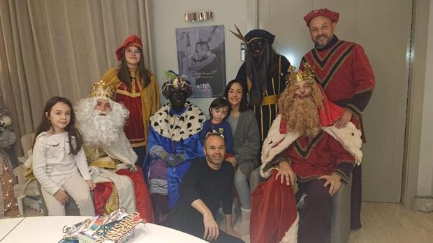 Andrés Iniesta posa con su familia con los Reyes Magos