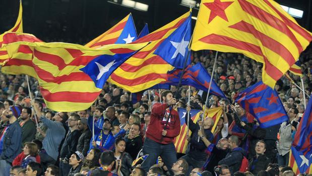 Imagen de la grada del Camp Nou, con banderas independentistas