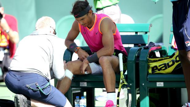 Nadal, atendido durante su duelo ante Khachanov en Indian Wells
