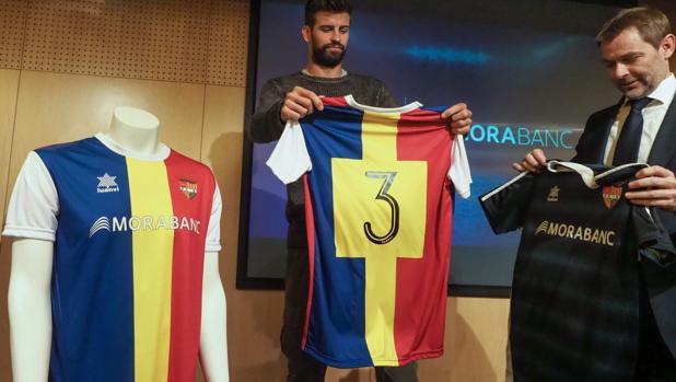 Piqué, posando con la camiseta del FC Andorra