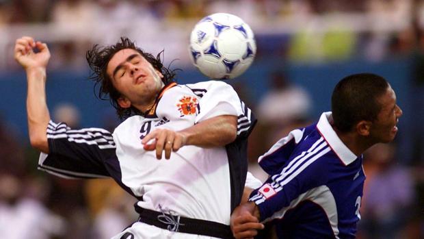 Pablo Couñago disputa el balón a un rival de la selección de Japón en la final del Mundial sub 20 de Nigeria 1999