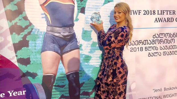 Lydia Valentín posa con el premio a mejor halterófila del año
