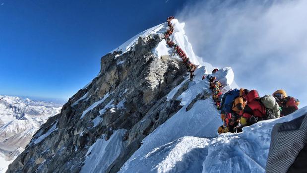 Cola para llegar a la cima más alta del planeta