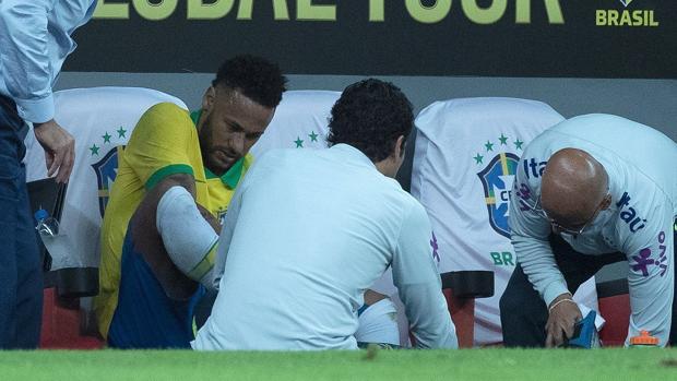 Neymar, atendido por los médicos en el banquillo