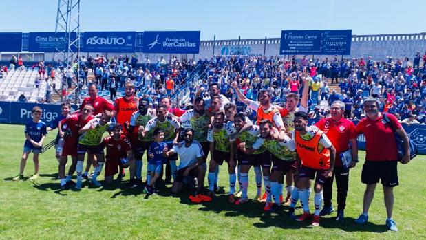 Los jugadores del Yugo Socuéllamos celebran la victoria de su equipo en Móstoles