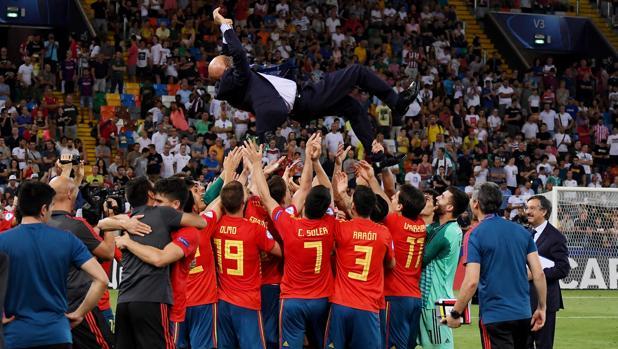 Los jugadores de España mantean a su entrenador, Luis de la Fuente