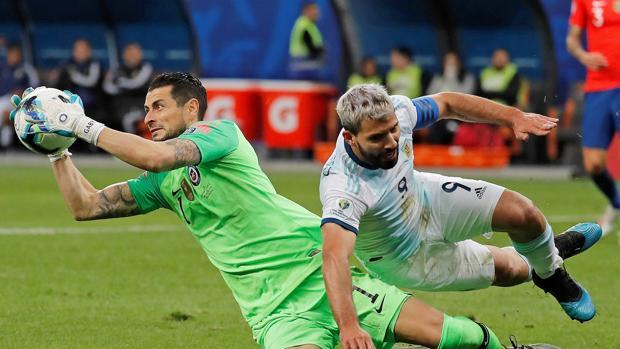 El jugador de Argentina Sergio Agüero (d) disputa el balón con Gabriel Arias de Chile,