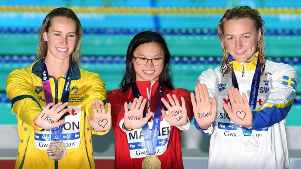 McKeon, McNeil y Sjostrom, tras la entrega de medallas