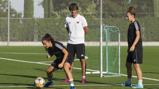 David Azanar observa el ejercicio de sus jugadoras en un entrenamiento