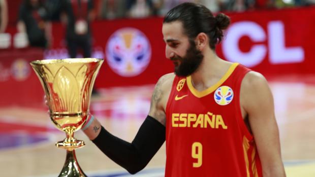 Ricky Rubio, con el trofeo de campeones del mundo