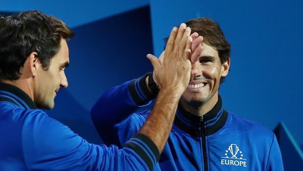 Federer y Nadal se saludan durante la Laver Cup