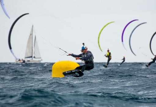 Theo de Ramecourt passes one of the buoys of the regatta course set up by the Club Vela Palamós