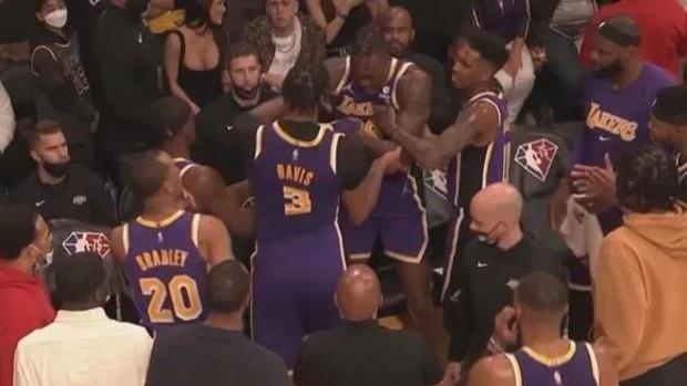 Davis y Howard llegan a las manos en mitad de un partido desastroso de los Lakers