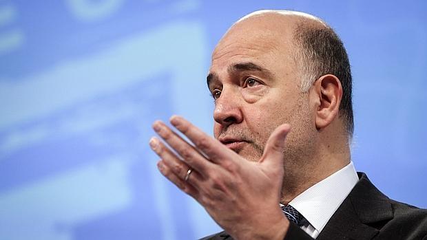 """El comisario europeo de Asuntos Económicos y Financieros, Pierre Moscovici, interviene durante una rueda de prensa celebrada para presentar un """"plan de accion"""" para la modernización del IVA en la UE"""